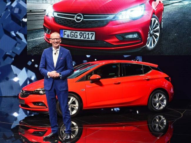 Karl-Thomas Neumann med Car of the Year-vinnaren Opel Astra.