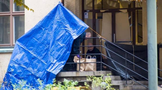 Hemlös mördad. Polisens tekniker undersöker platsen på Pauli gymnasium i Malmö där den hemlöse mannen hittades mördad i fredags. Nu utreds 26-åringen, som överföll två kvinnor iförd gasmask för en tid sedan, för mordet. Foto: Tomas LePrince Foto: Tomas Leprince