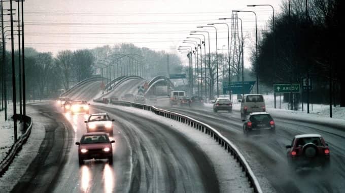 Polisen uppmanar alla bilister att ta det lugnt och anpassa hastigheten till väglage. Foto: Lasse Svensson