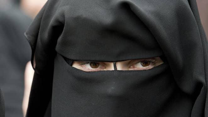 En kvinna bär en niqab. Foto: BORIS ROESSLER / AP TT NYHETSBYRÅN