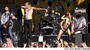 Mitt under konserten med norska The Cumshots gick svenska Leona och hennes norske vän upp på scenen och hade sex.