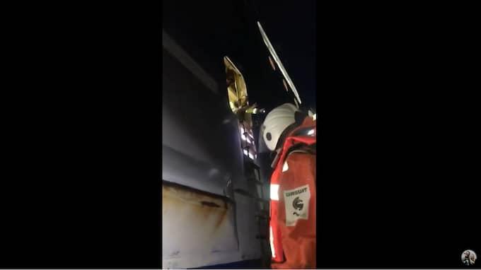 Popduon fick klättra upp på båten i mörkret. Foto: Youtube