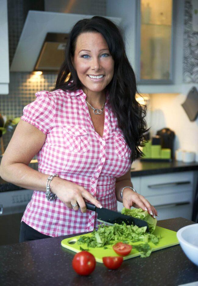 """Lätt att följa. Åse Falkman Fredrikson har tvådagarsfastat i över ett år och tycker metoden är enkel att följa. """"Det är ingen diet, utan en teknik, säger hon."""