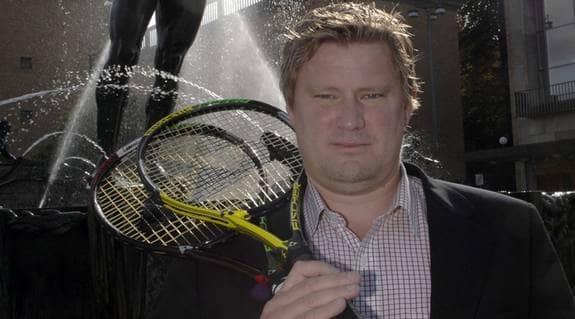 """Före detta tennisproffset Nisse Holm anser att sporten räddat honom från litteraturen. """"Om jag hade snöat in på läsning hade jag aldrig fått se och göra det som fyllt mitt liv med innehåll"""", skriver han. Foto: LARSERIC LINDÉN"""