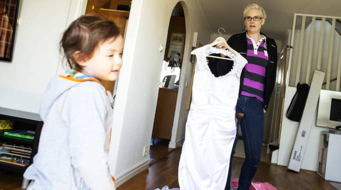 SER FRAM EMOT VIGSELN. Philippa Vuong, 3, längtar tills hennes föräldrar ska gifta sig. Hon tycker det ska bli extra roligt att både hon och hennes mamma ska få ha på sig fina klänningar. Foto: Anders Ylander