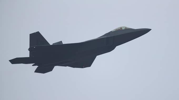 Ett amerkanskt F 22-plan lyfter från den sydkoreanska flygbasen i Gwangju. Foto: YONHAP / EPA / TT / EPA TT NYHETSBYRÅN