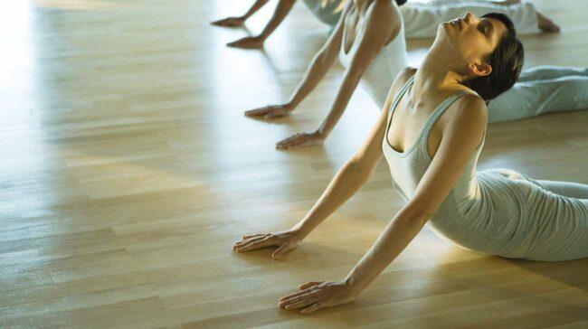 Enligt Elite Daily visar forskning från Harvard på yogans hälsofördelar.