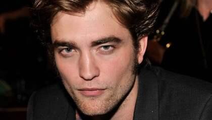 Robert Pattinson fotograferades nyligen för tidningen Details. Då satt han mellan benen på en kvinnlig skönhet. Något som inte föll honom i smaken. Foto: Kevin Mazur/Tca 2009