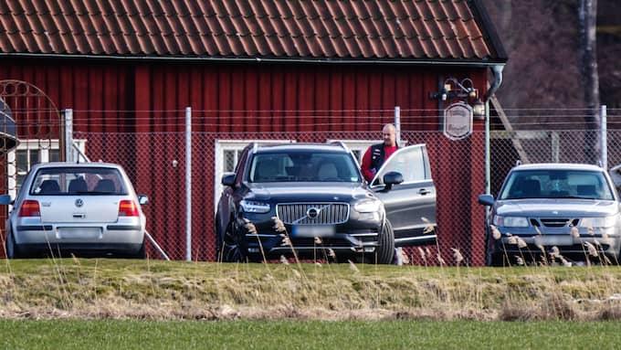 Andreas Johansson tar tjänstebilen, en Volvo XC90 av 2016 års modell, från nystartsjobbet på strippklubben Chat Noir till Hells Angels Goth Towns möten vid den nya klubblokalen utanför Göteborg. Foto: GT/Expressen