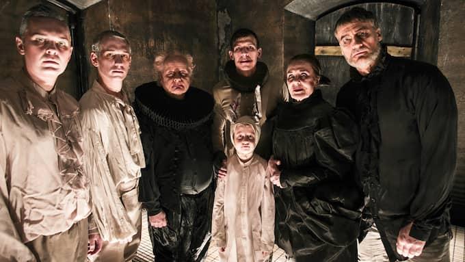 """Hela ensemblen i """"Hamlet"""". Foto: MATS BÄCKER"""