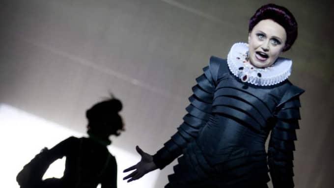 DÖK UPP ÄNDÅ. Trots sjukdom lyckas Nanne Grönvall få publiken att skratta i rollen som den grymma mrs Danvers. Foto: Malin Arnesson