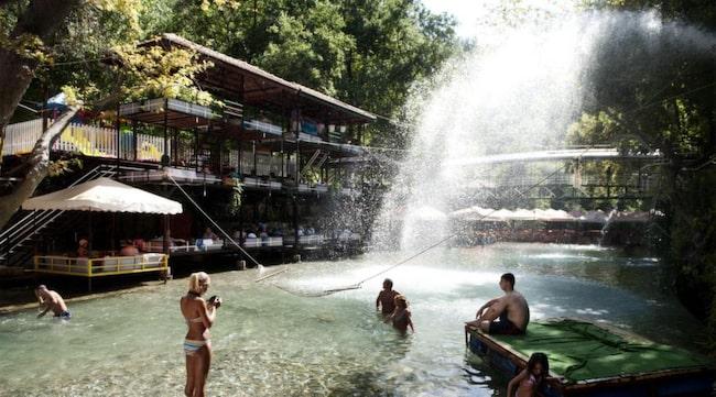 Längs floden Dim Cavi finns många restauranger med bord på flottar i vattnet.