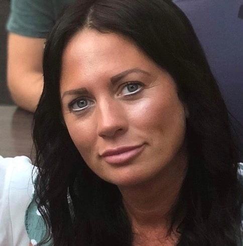 Linda Berg bor i en sekelskiftesvilla i Linköping tillsammans med sambon Linus och döttrarna Nova och Sienna.