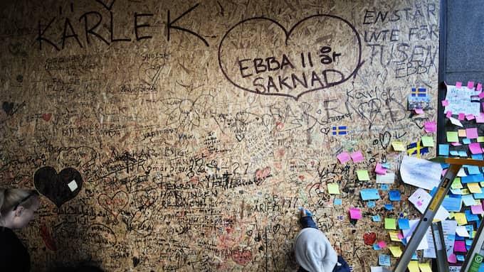 Väggen vid Åhléns täckt av hälsningar och meddelanden. Foto: ANNA-KARIN NILSSON