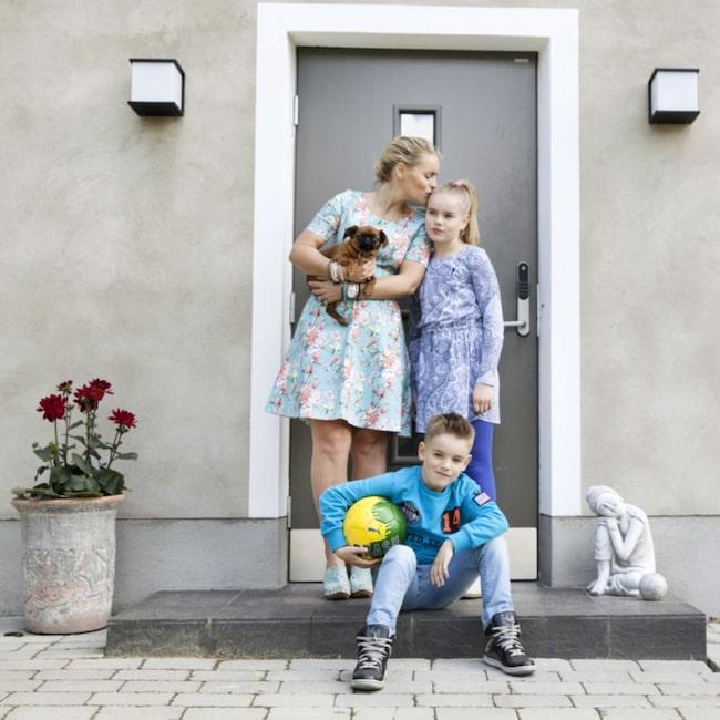 <span>Välkommen! Vid entrén står Emilia, Nova, Leon och hunden Fernando. Huset på Lidingö utanför Stockholm är byggt 1943.<br></span>