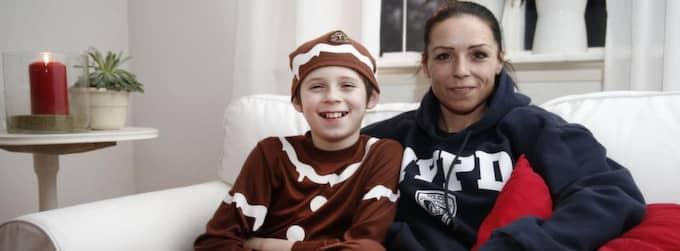 Mio med sin mamma Jenny Simic efter beskedet att han får vara pepparkaksgubbe. Foto: Richard Ström /Expressen