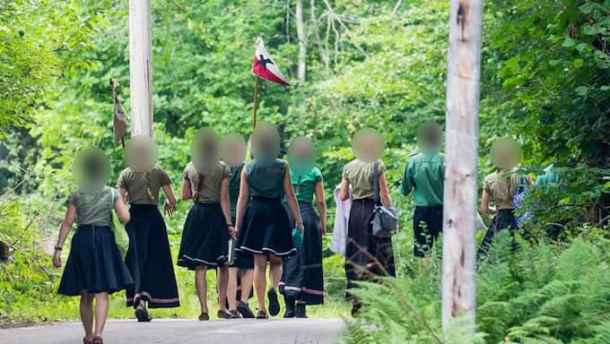 Barnen har traditionella frisyrer och uniformsliknande kläder med det röd-vit-svarta emblemet. Foto: KVP/EXPRESSEN
