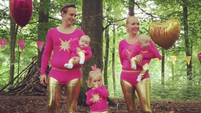 Vilken superfamilj! När André och Sophie Hedetoft ställde till med namngivningskalas för sina döttrar Nomi och Luna i går gjorde de med besked och klädde hela familjen i matchande superhjältedräkter. Från vänster syns André Hedetoft med dottern Nomi Hedetoft i famnen, storasyster Iris Hedetoft och Sophie Hedetoft med Luna Hedetoft i famnen. Foto: Privat