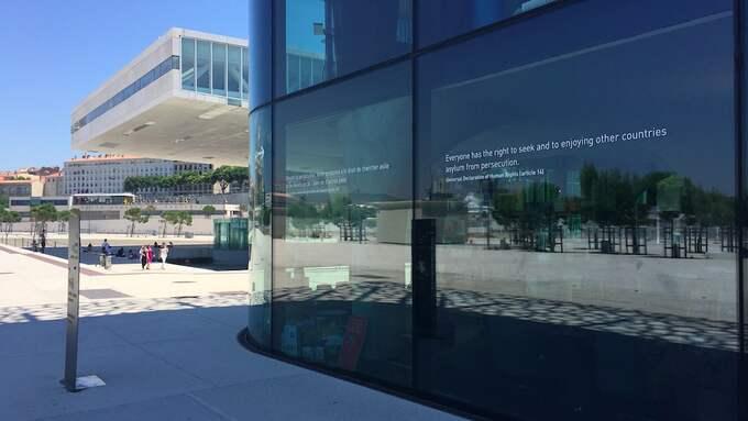 På fasaden har Mucem FN:s flytkingkonvention på en massa olika språk. Foto: Maria Rydhagen