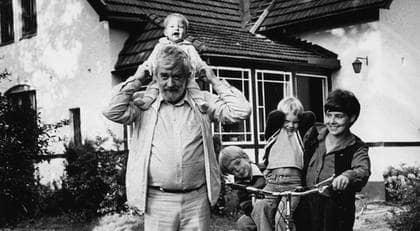 Calle Schulman tycker att vi ska sluta skylla på andra om våra gamla föräldrar far illa, och i stället finnas där för dem och ta hand om dem. Precis som de i, många fall har gjort för oss. På bilden hela familjen Schulman: Calle, pappa Allan, Niklas, Alexander och mamma Liselotte. Foto: SCANPIX