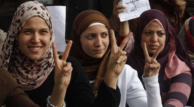 SEGERVISSA. En grupp unga egyptiska kvinnor gör V-tecknet under demonstrationerna i Kairo som ledde till att landets president Mubarak avgick. KHALIL HAMRA/AP Foto: Khalil Hamra