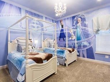 Wow, vilket sovrum! Anna och Elsa kollar ned från väggen.
