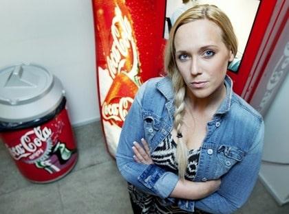 """Var Läskberoende. Emily, 28, från Stockholm var en läskmissbrukare. """"Jag blev lycklig, varm och lugn i hela kroppen av colan. Ofta smygdrack jag, jag vet ju att läsk är dåligt för hälsan"""", säger hon."""