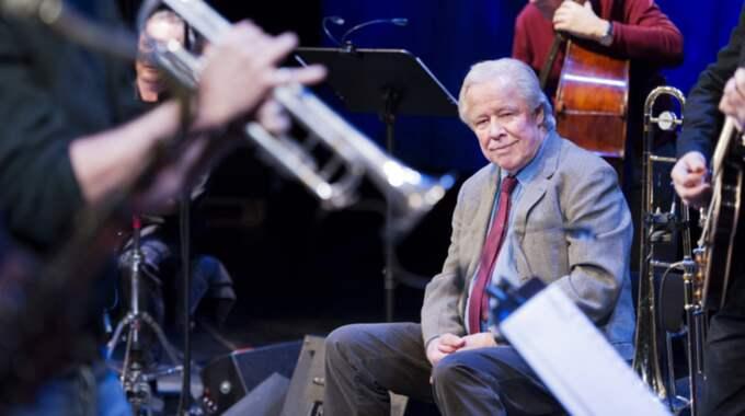 Sven Wollter omgiven av musikerna Daniel Ekborg, Per Melin på trummor, Anders Blad och Bo Stenholm. Foto: Ola Kjelbye
