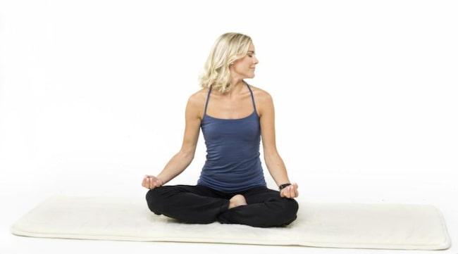 2. Nackvridning. En skön stretchande, masserande övning för ökad genomblödning som även den påverkar sköldkörteln. Ryggen är rak och ögonen slutna. Vrid mjukt huvudet så långt du kan framåt åt vänster, som om du skulle se dig om över axeln. Vrid sedan huvudet framåt och så långt över åt höger som du kan. Andas in åt vänster, andas ut åt höger. 3-5 min.