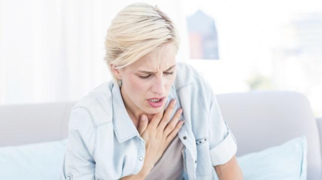 Tryck över bröstet svårt att andas illamående