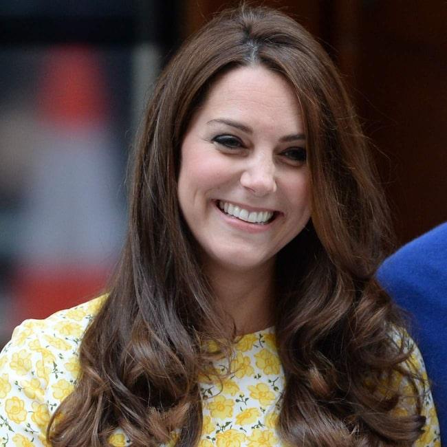 Kates frisör anlände till sjukhuset runt klockan 14 svensk tid. Klockan 19 stegade Kate ut iklädd en mönstrad gul klänning från Jenny Packham.