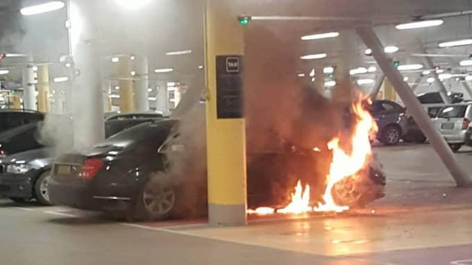 En bil började brinna i garaget i Nacka Forum, Stockholm på tisdagskvällen. Garaget blev rökfyllt och röken spreds sig in i köpcentret. Foto: Läsarbild