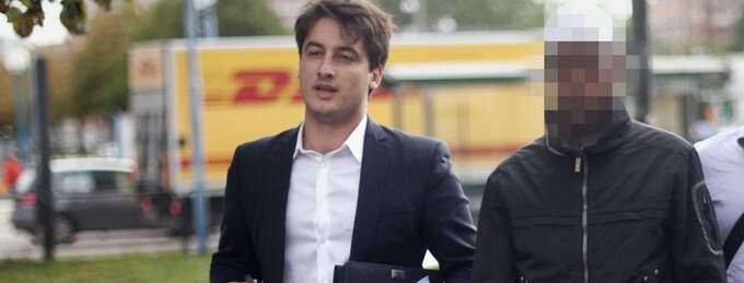 GT:s reporter Diamant Salihu pratade med den släppte 24-åringen när han lämnade tingsrätten. Foto: Björn Larsson Rosvall / Scanpix