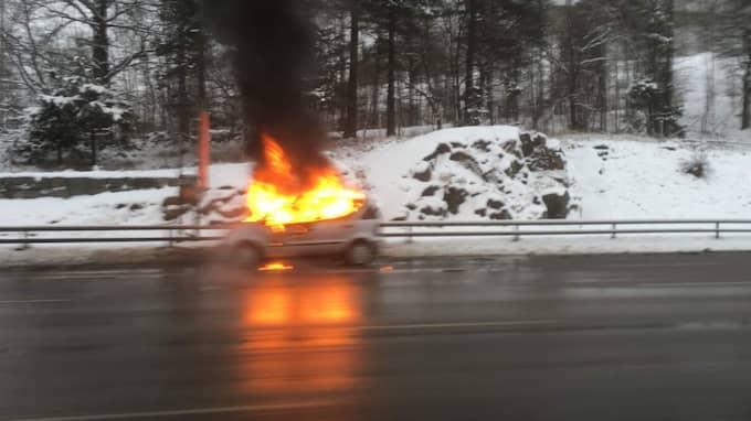 En bil började brinna på Essingeleden i Stockholm. Foto: Läsarbild