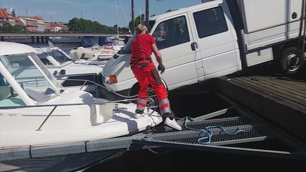 Här åker lastbilen ner i ån – landar på båtarna