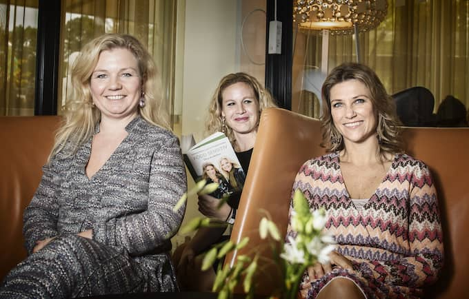 Elisabeth Nordeng (till vänster) och prinsessan Märtha Louise (till höger) intervjuas av Expressens Karin Sörbring. Foto: ADAM WRAFTER