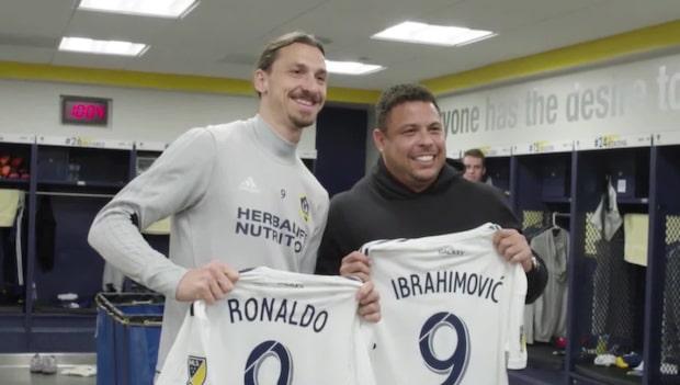 Här skämtar Ronaldo med Zlatan