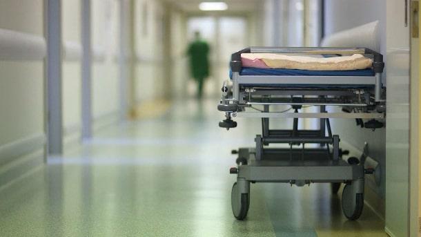 Kaos på sjukhus – patienter tvingas placeras i matsalar