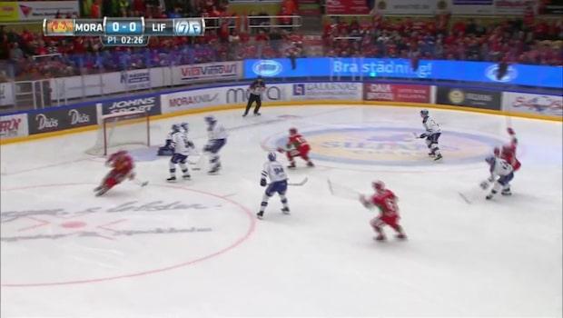Här gör Mora 1-0 mot Leksand