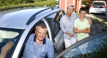 """Magnus Öhrström, 46, har tänkt om. Nu kör han mer som en tjej. """"Min fru klagar aldrig på att jag kör för fort längre"""", säger Magnus, som själv har gått både racerskola och safety driving-kurser genom jobbet som event- och marknadsansvarig på racerbanan Ring Knutstorp."""