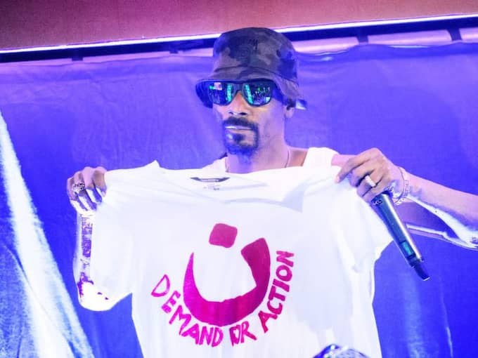 På sin efterfest på Bryggeriet i Göteborg höll Snoop Doggs upp och signerade en T-shirt med texten A demand for action - namnet på den globala proteströrelsen. Foto: Robin Aron