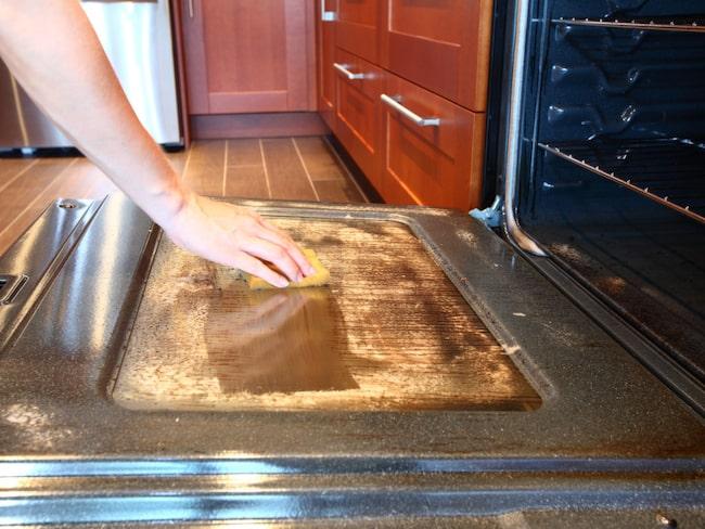 rengöra ugnen med ättika