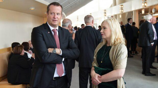Sparkade ministrar får miljonfallskärm