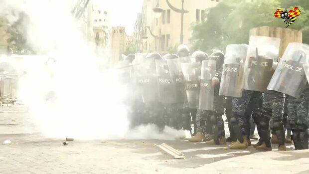 Här drabbar polis och demonstranter samman