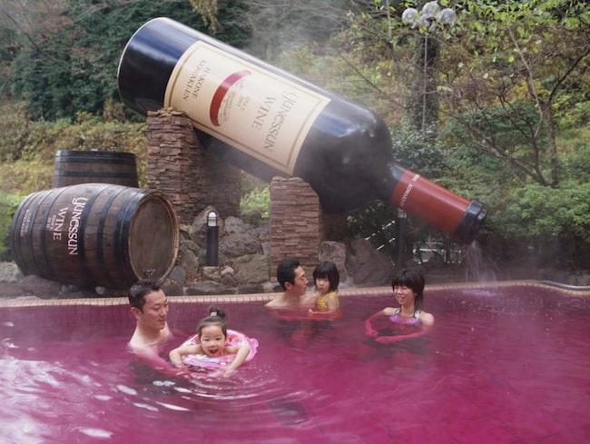 Tio mil utanför Tokyo, på Yunessun Spa Resort, kan vinälskare dyka ner i alla möjliga fina viner. Bokstavligt talat.