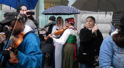 Folkmusiker mot främlingsfientliget. Foto: Gunilla Brodrej