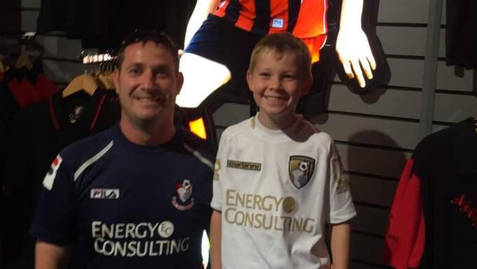 Win Rodgers och hans son Fin, 8. Enligt Win är Cherries-fansen omtyckta även på bortaplan.