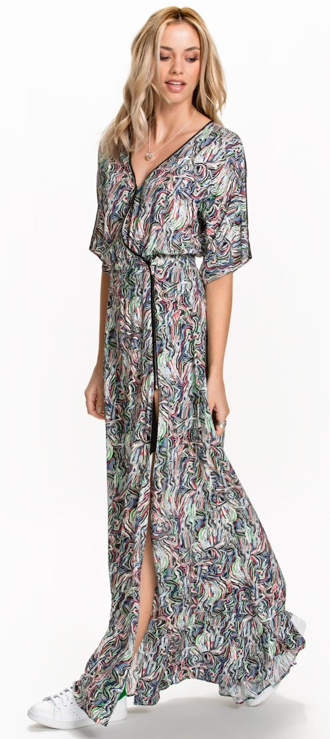 ac712c81568e Maxiklänningen Lillian från Dagmar har lös passform och kort ärm. Hög slits  i sida.