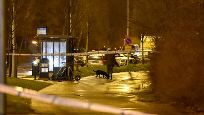 De skjutna hittades alldeles intill Närlunda vårdcentral. En av dem fördes snabbt till sjukhus, den andre var kvar länge. Foto: JAN EMANUELSSON/TOPNEWS.SE