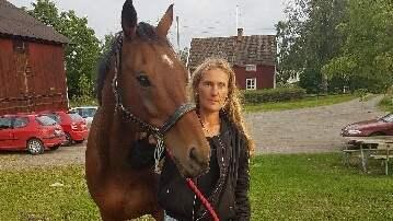 Kristin Norlander och hästen Trooper jagades av en varg under ridturen i skogen i söndags. Foto: Privat
